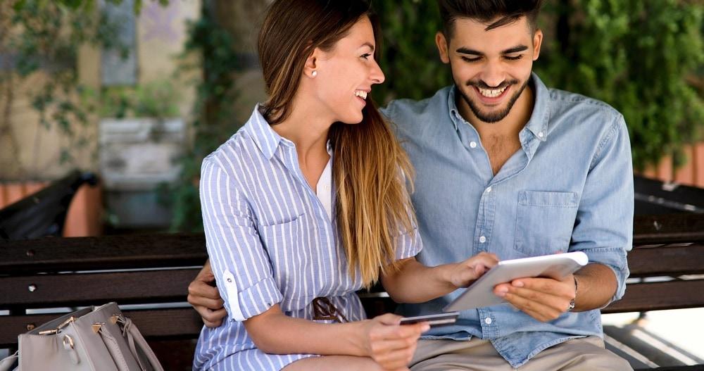Para kupuje w internecie